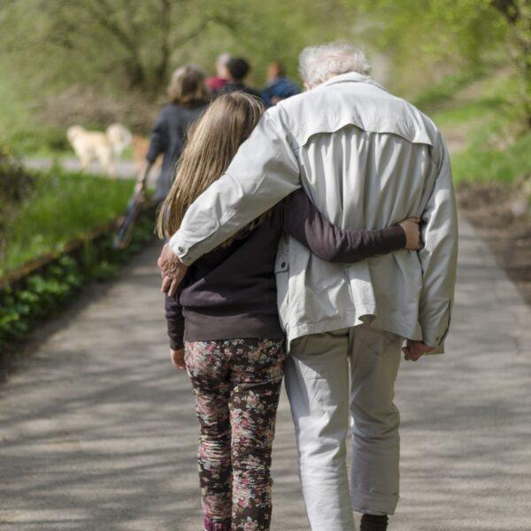 meisje opa arm om schouder