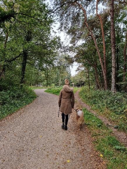 meisje en hond in bos